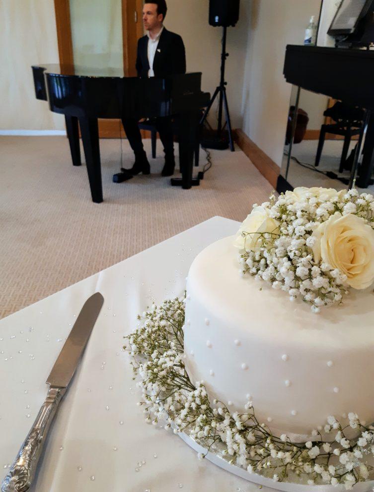 Bearwood Lakes Wedding Cake And Pianist